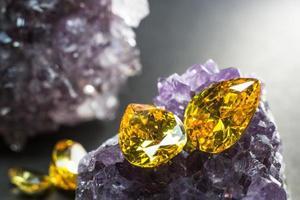 pierre précieuse de saphir jaune naturel, belle pierre précieuse de citrine d'or jaune isolée sur fond noir, comme arrière-plan de bijoux photo