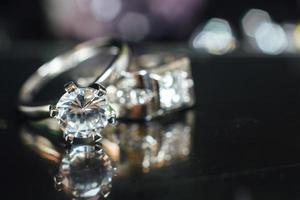 anneaux de mariage de créateurs dans le coin sur fond de paillettes scintillantes au format de bannière panoramique avec espace de copie et mise au point sélective photo