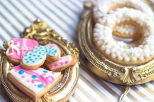 gros plan de biscuits à thème de Noël ou d'hiver faits maison, servis sur un cadre photo ou un sentier doré vintage