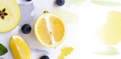 citron, pomme et myrtilles sur fond blanc avec mise en page créative de traits d'aquarelle avec espace de copie photo