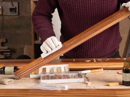 restaurateur restaure une porte en bois photo