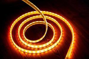 belle bande LED rougeoyante de lumière chaude pour le montage d'un éclairage décoratif pour les maisons, les bureaux et d'autres endroits sombres en gros plan photo