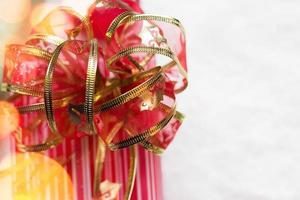 cadeaux de noël décorés en papier vert et rouge fond de noël photo