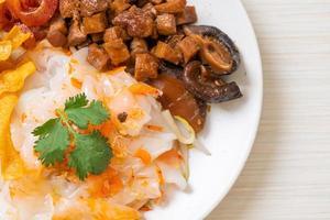 nouilles de riz chinoises cuites à la vapeur avec du porc et du tofu dans une sauce soja sucrée photo
