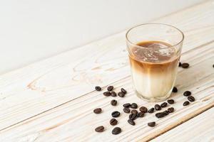 café sale, lait froid garni de café expresso chaud photo