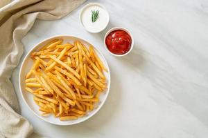 frites avec crème sure et ketchup photo