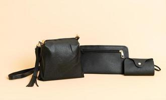 sac à main en cuir noir et sac à cartes en cuir noir photo