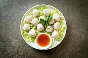 boulettes de poisson bouillies avec sauce piquante photo