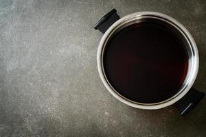 soupe noire en pot chaud pour shabu ou sukiyaki - style de cuisine japonaise photo