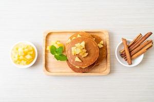 crêpe aux pommes ou crêpe aux pommes avec de la cannelle en poudre photo