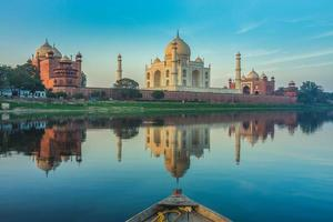 Promenade en bateau sur la rivière Yamuna près du Taj Mahal à Agra, Inde photo