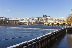 Petite ville de Prague enneigée avec le château de Prague, République tchèque photo