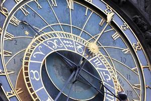 Horloge astronomique sur le mur de l'ancien hôtel de ville de Prague, République tchèque photo