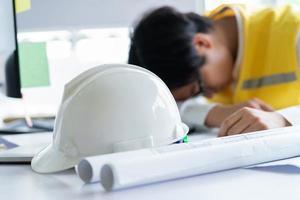 les ingénieurs asiatiques se sentent fatigués par la pression du travail photo