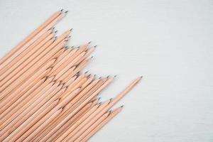 crayons en bois disposés sur tableau blanc. photo