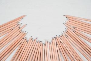 crayons en bois disposés en demi-cercle sur un tableau blanc. photo