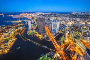 vue aérienne du port de yokohama au japon la nuit photo