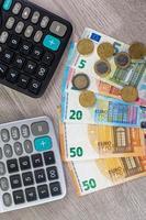 monnaie en euros de différentes dénominations et calculatrices photo
