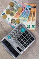 monnaie en euros de différentes dénominations et calculatrice photo