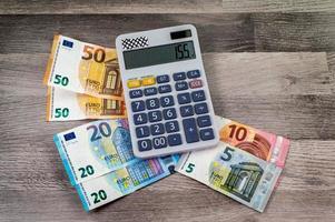 billets de banque de dénomination différente d'euro et calculatrice photo
