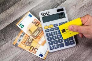Carte de crédit 50 euros avec calculatrice à proximité photo