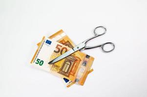 couper des billets de 50 euros avec des ciseaux photo
