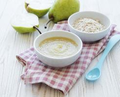 bol avec de la nourriture pour bébé aux fruits et des poires photo