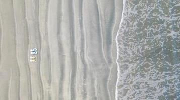 tongs sur la plage de sable, fond de vacances d'été, vue aérienne de dessus photo