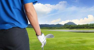 joueur de golf tenant un club de golf en terrain de golf photo