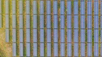 vue aérienne de dessus des panneaux solaires photo