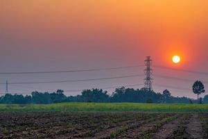 haute tension au coucher du soleil photo