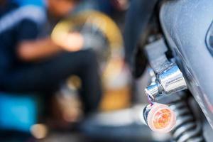 Mécanicien automobile réparant une moto dans un atelier de réparation de vélos photo