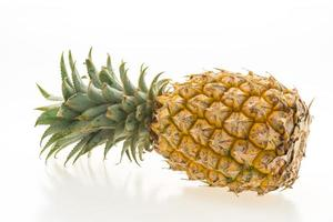 fruit d'ananas sur blanc photo
