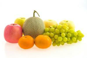 fruits mélangés sur blanc photo