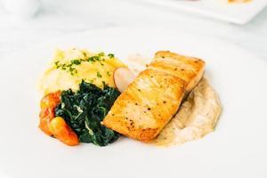 steak de filet de viande de saumon grillé avec légumes et sauce photo