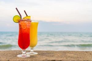 cocktails glacés verre à boire avec mer et plage photo