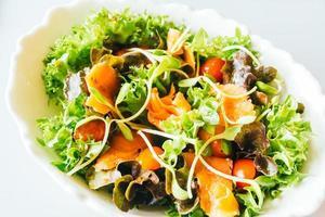 saumon fumé avec salade de légumes photo