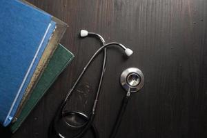 stéthoscope sur le bureau avec des livres photo