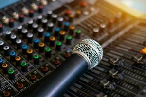 microphone et mixeur audio salle de contrôle analogique arrière-plan flou photo