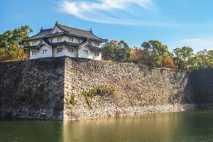 Yagura et douves du château d'Osaka à Osaka, Japon photo