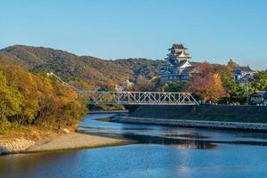 Château d'Okayama aka ujo par la rivière Asahi à Okayama au Japon photo