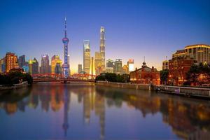 vue nocturne de pudong à shanghai, chine photo