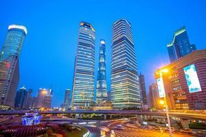 Vue nocturne du quartier de lujiazui à shanghai, chine photo