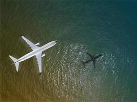 avion survole une mer, vue d'en haut photo