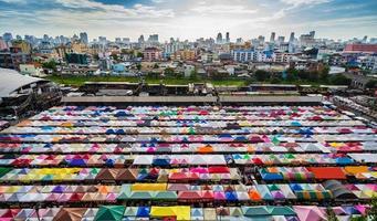 marché nocturne coloré en thaïlande photo