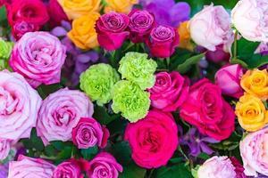roses multicolores mélangées dans un décor floral, fond de fleurs de mariage colorées photo