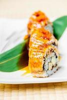 rouleau de sushi à l'unagi ou à l'anguille photo