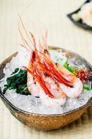 crevettes crues et fraîches ou sashimi de crevettes photo