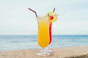 cocktails glacés verre à boire avec plage et mer photo