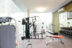 équipement de fitness flou abstrait dans la salle de sport photo